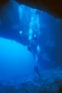 Divers descending into the main cavern of Blue Hole, Palau Islands, Micronesia. CC-SSA image courtesy of Aquaimages, Wikimedia.